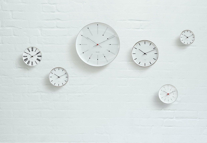 Arne Jacobsens vægure og ure i fire design: Bankers, City Hall, Roman og Station.