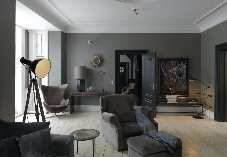 Interiør med rolige toner af sort, grå og brunt
