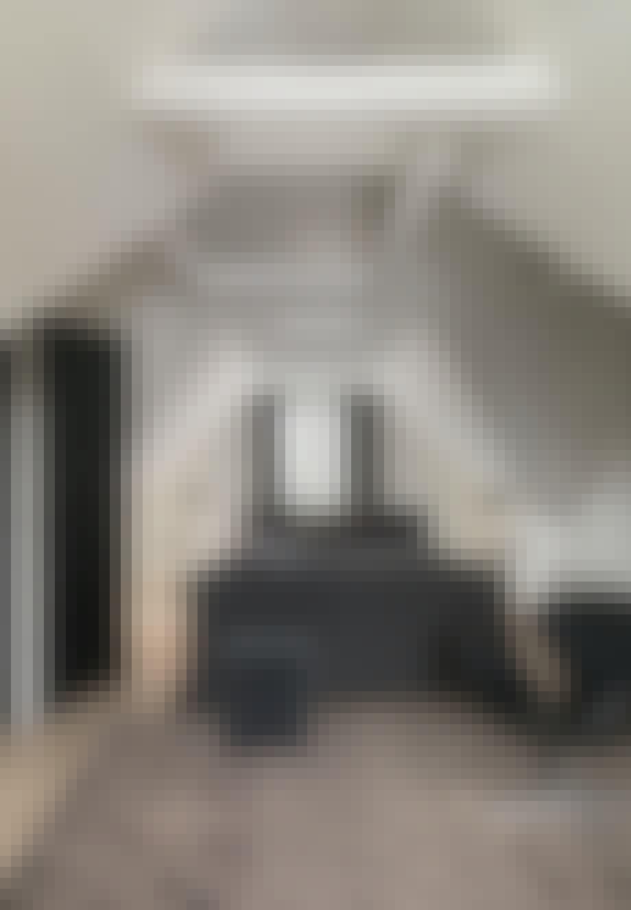 Rummeligt soveværelse med fritlagte bjælker