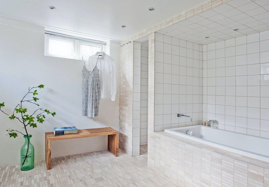 Badeværelse med matte og blanke fliser