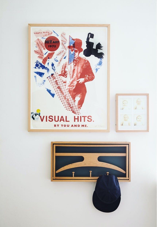 Hjem med grafisk kunst på væggen