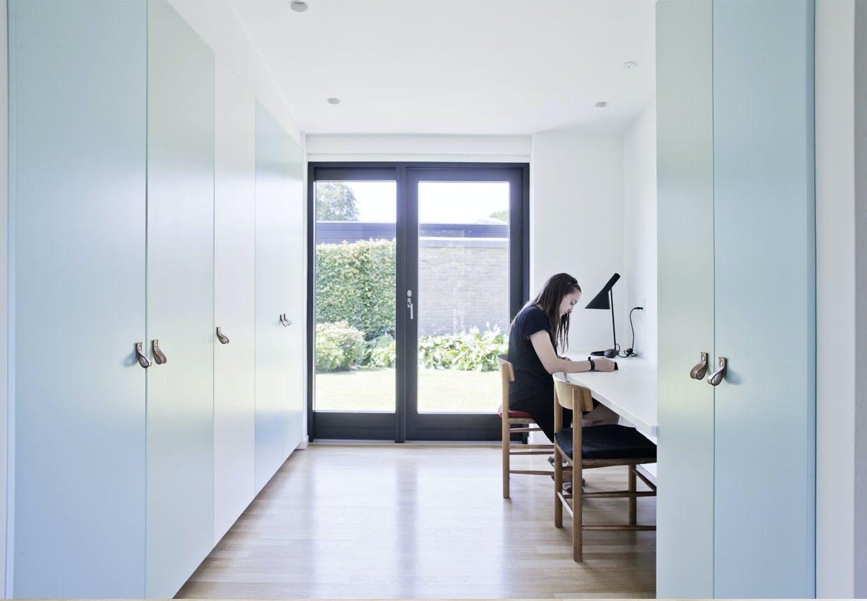 Kontor og garderobe i ét rum