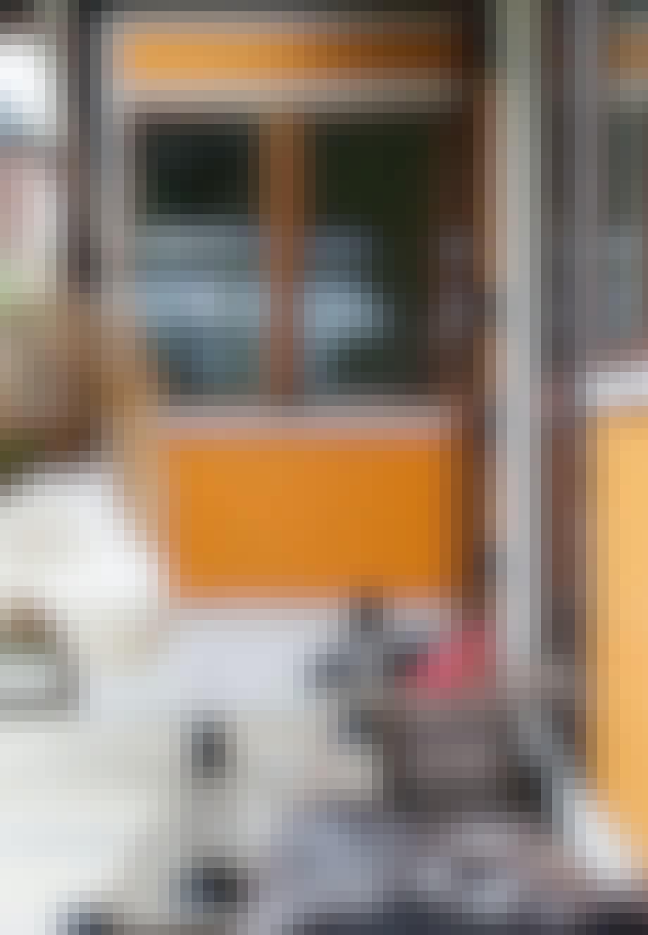 Rustik bænk og hængestol på terrassen
