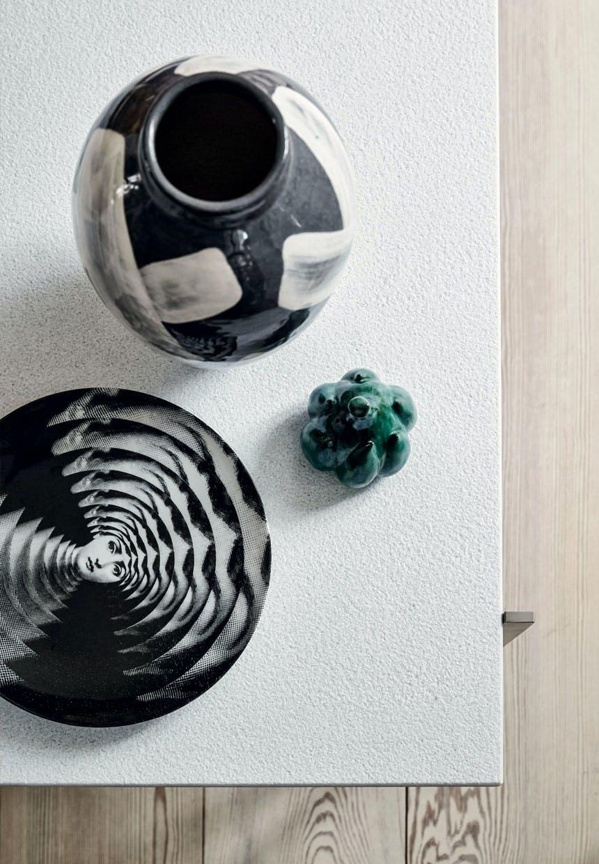 Lille samling af keramik i stuen