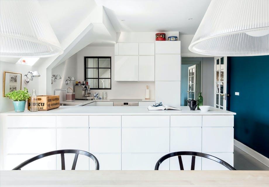 Kvik-køkken med hvide overflader og indfræsede greb