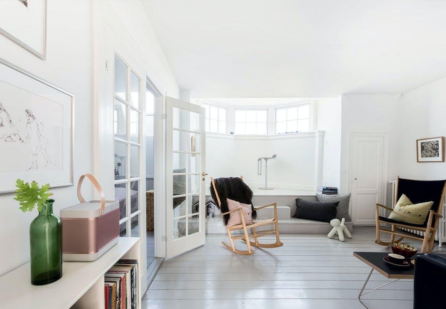 Stue i enkel og rummelig indretning