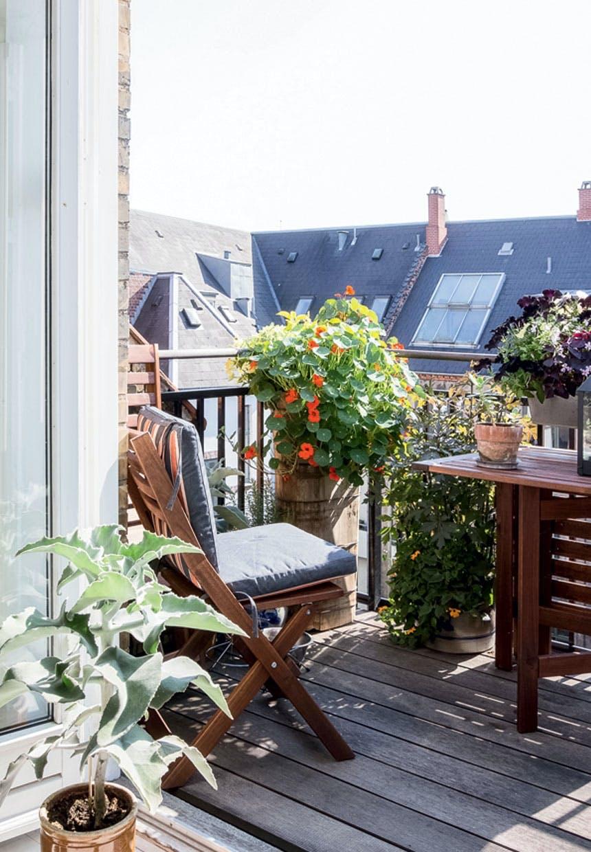 Skøn terrasse med planter og havemøbler