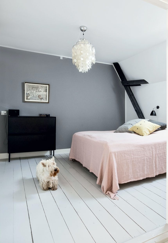 Dekorativt soveværelse med fritlagte bjælker