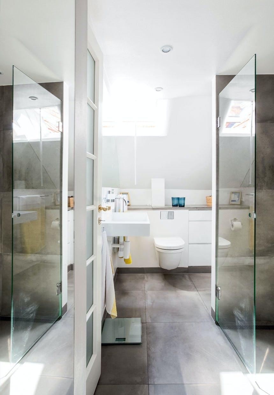 Glasvæggene på badeværelset skaber transparens
