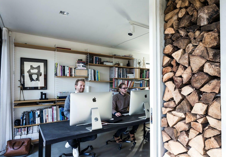 Træsommerhus med enkelhed i arkitektur og indretning