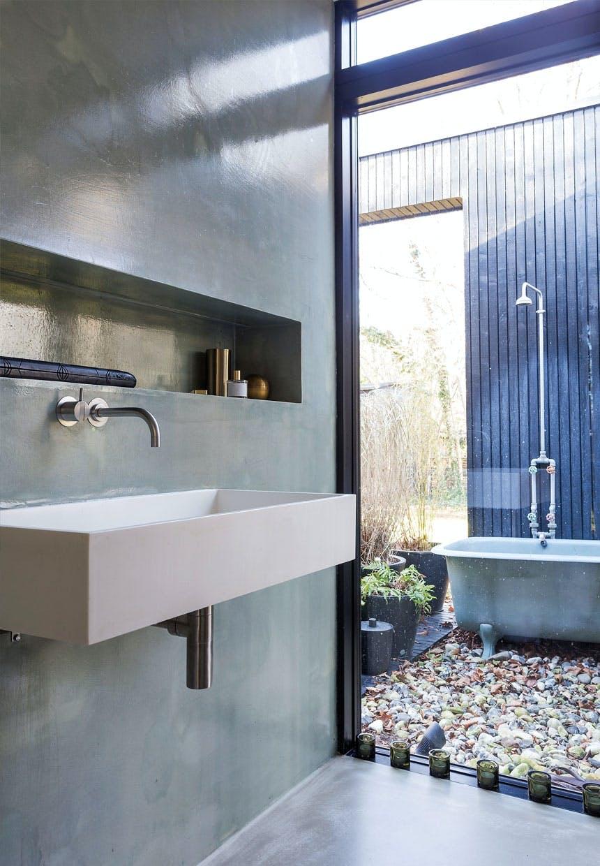 Badeværelse med rå betonvægge