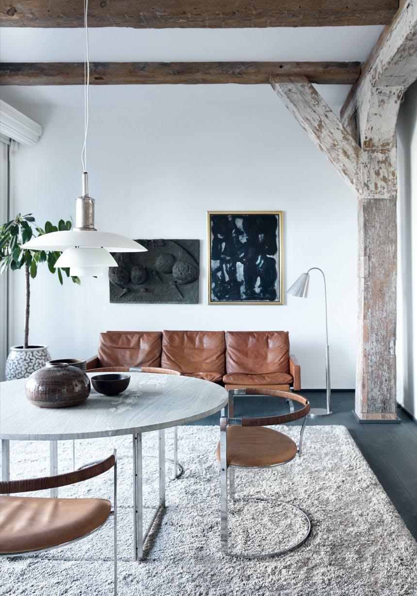 Stue fyldt med moderne klassiske danske møbler