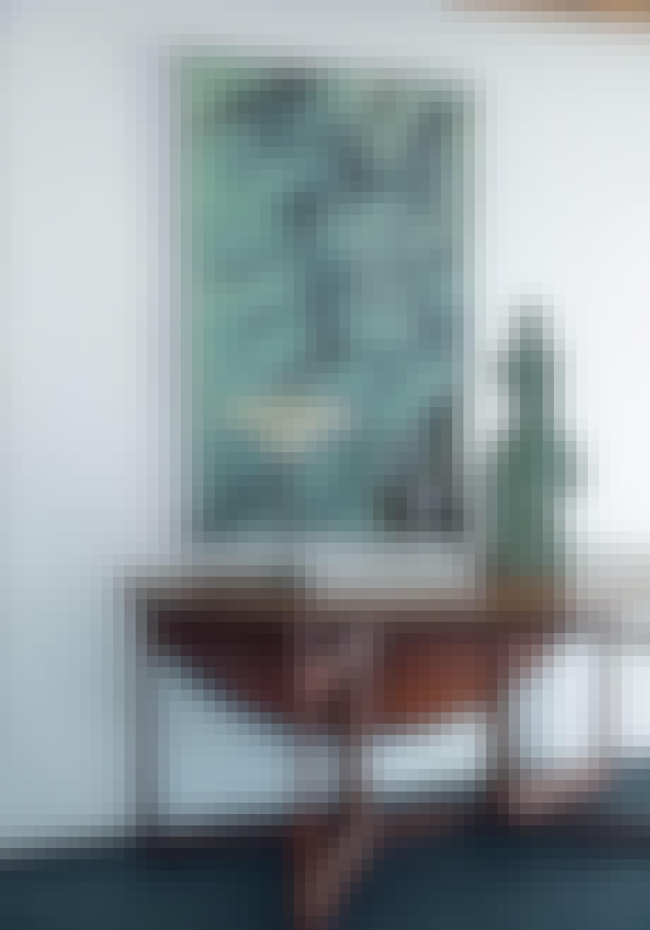 Bord med skulptur, keramik og PH-bordlampe