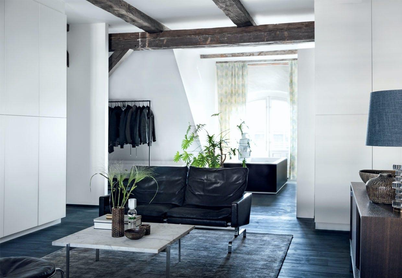 Påklædningsrum med lille sort lædersofa