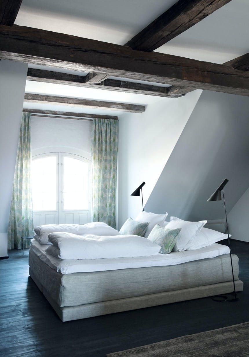 Fritstående seng i ensfarvet hør
