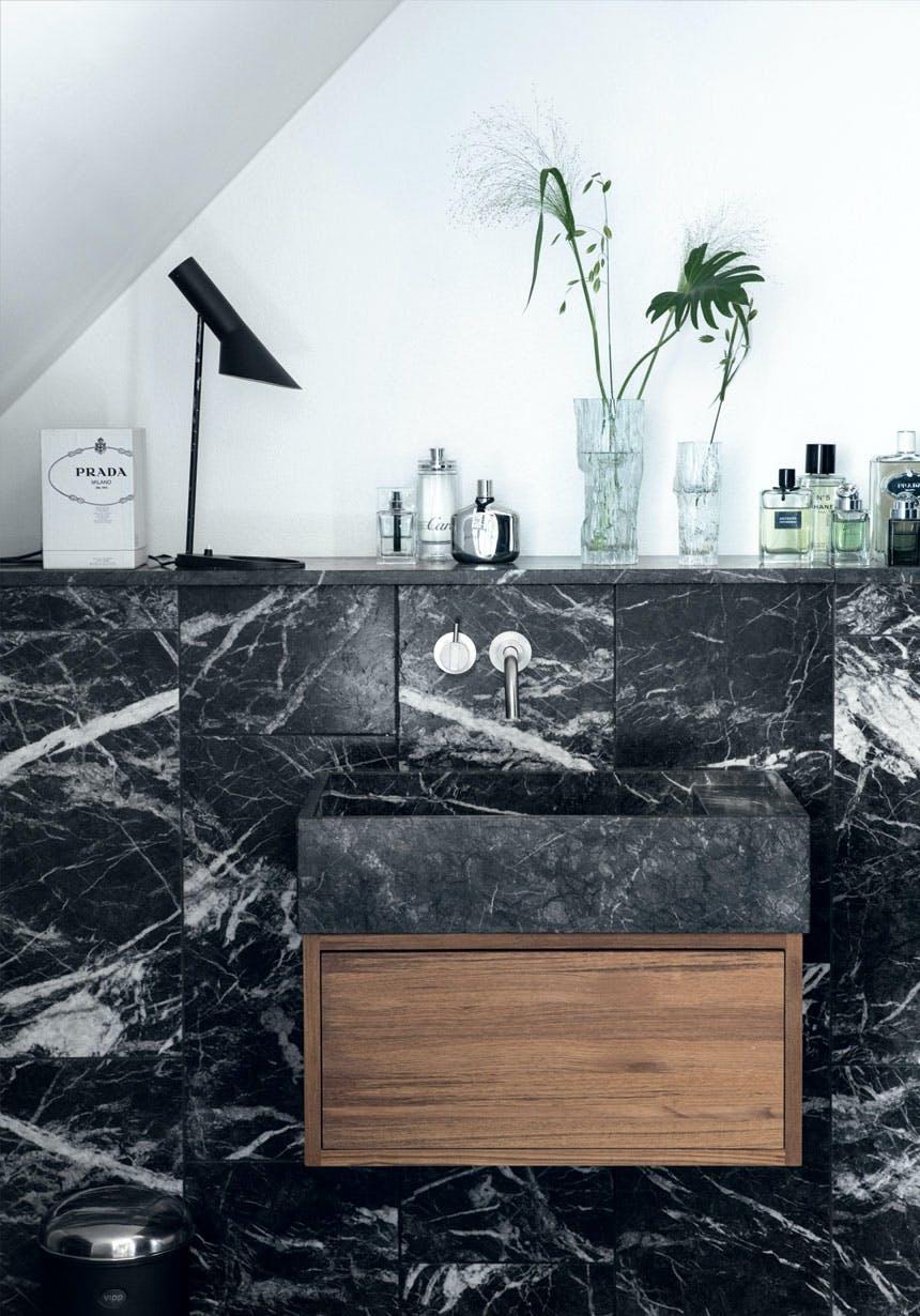 Sort marmor på badeværelset