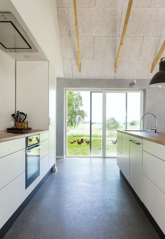 Lyst køkken med store vinduer