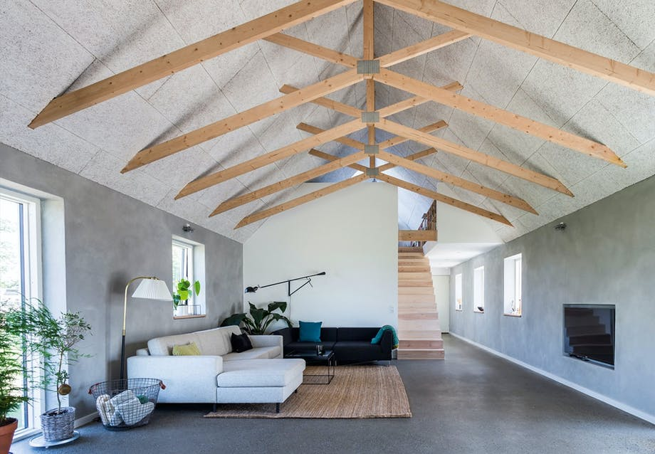 Moderne tv-stue med forskelligfarvede sofaer