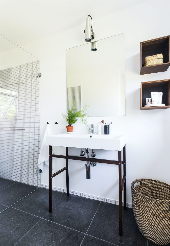 Moderne badeværelse med trækasser til opbevaring
