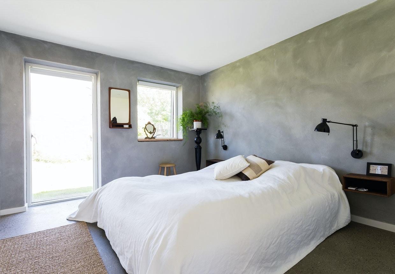 Soveværelse med sengeborde i røget eg