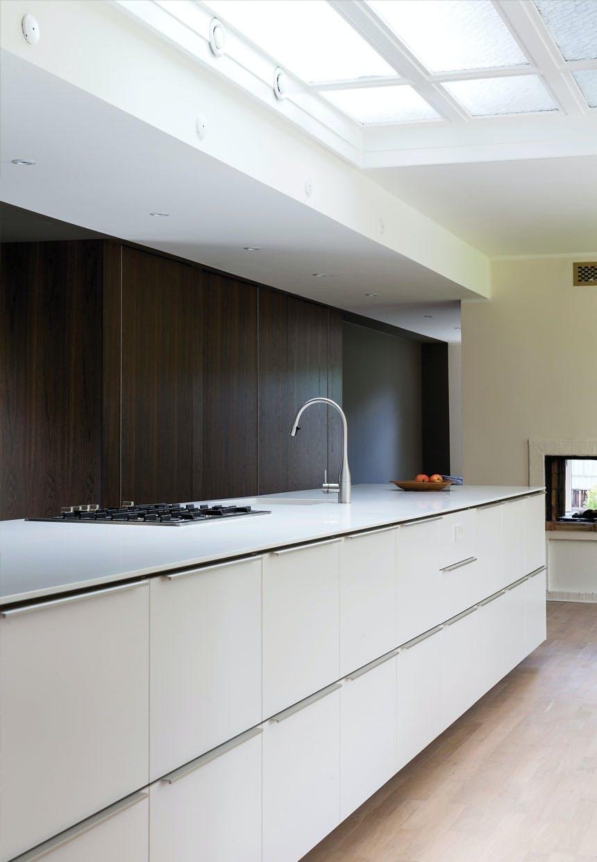 Lyst køkken med panelvæg i røget eg