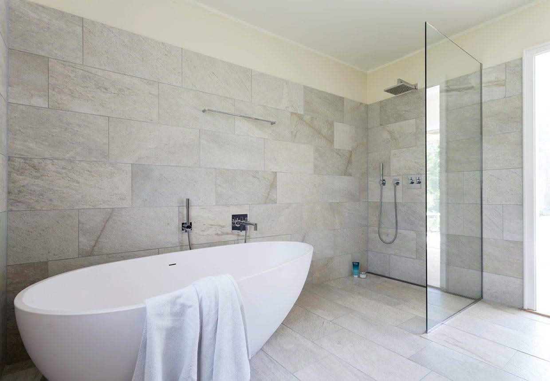 Æggeformet badekar på badeværelset