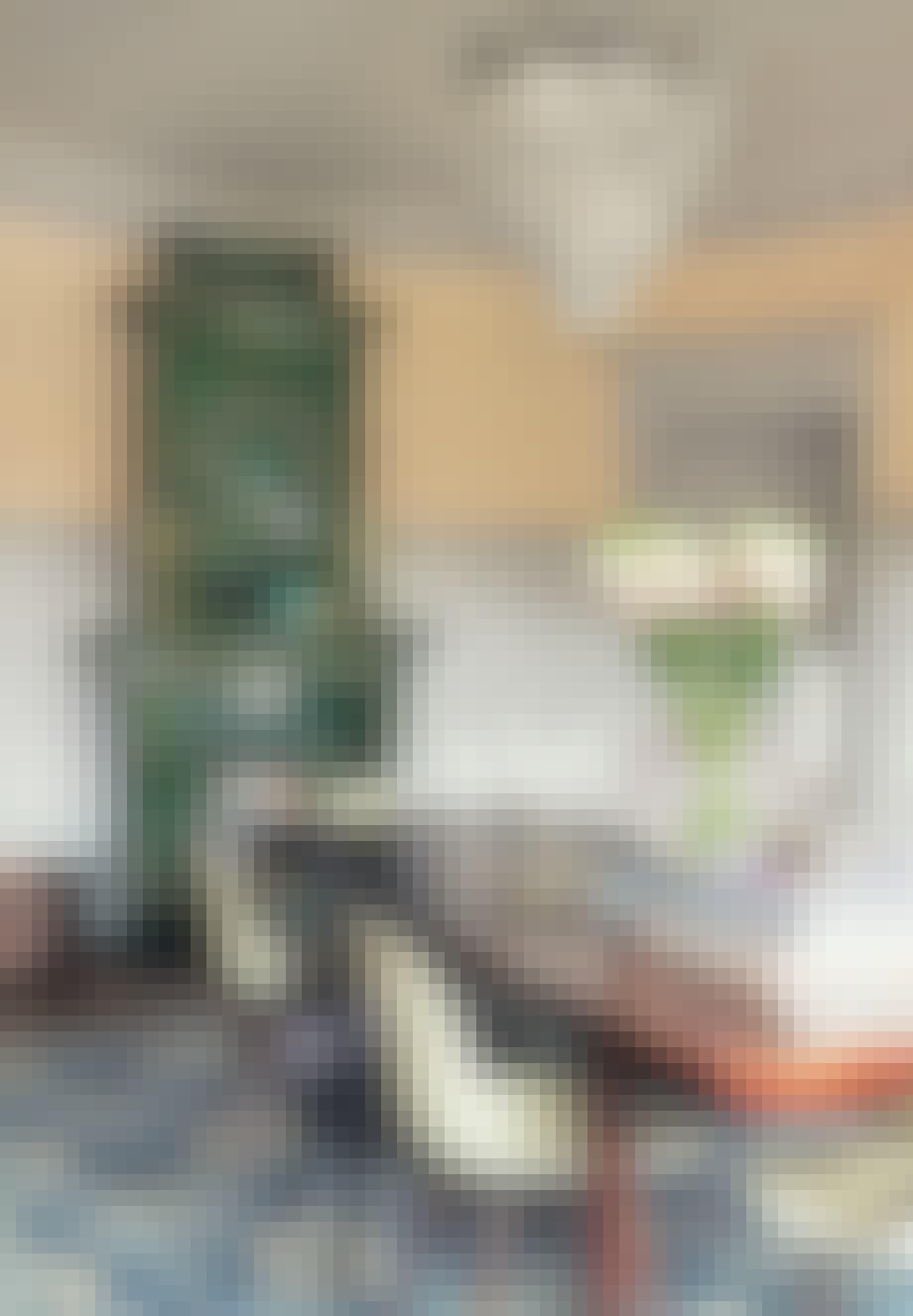 Smuk grøn kakkelovn med krukker og vaser