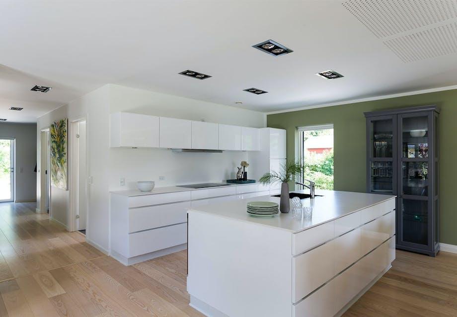 Lyst køkken med skabe fra Kvik