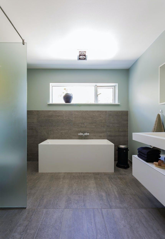 Badeværelse med vask og bad fra Bad & Stil