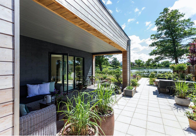 Fantastisk terrasse med grønne planter