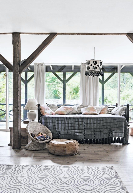 Stue med møbler i naturlige materialer