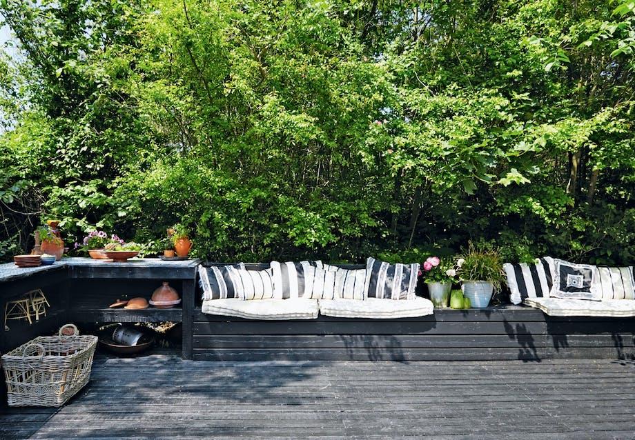 Indbyggede sofaer og udekøkken på terrassen
