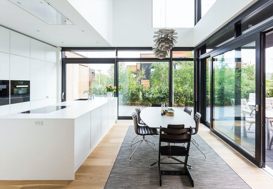 Lyst køkken med store vinduespartier
