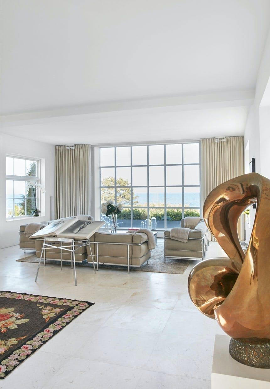 Hvide, beige og sandfarvede nuancer i stuen