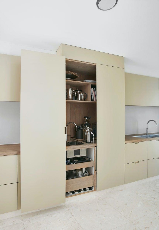 Stort skab med køkkenmaskiner i køkkenet