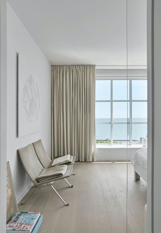 Soveværelse med stole af Poul Kjærholm