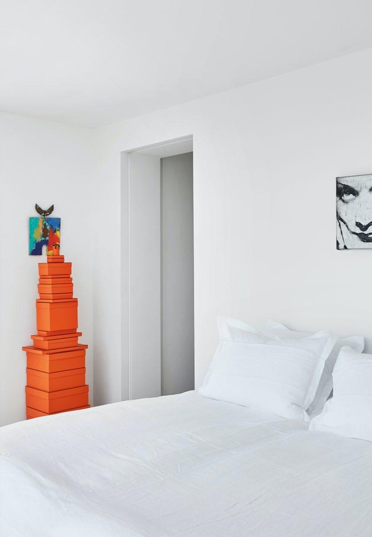 Snehvidt sengetøj og æsker fra Hermès