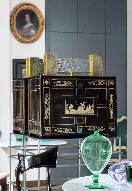 Træ-kabinet med elfenbens-dekorationer