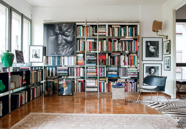 Stålkonstruktion i stuen fyldt med bøger