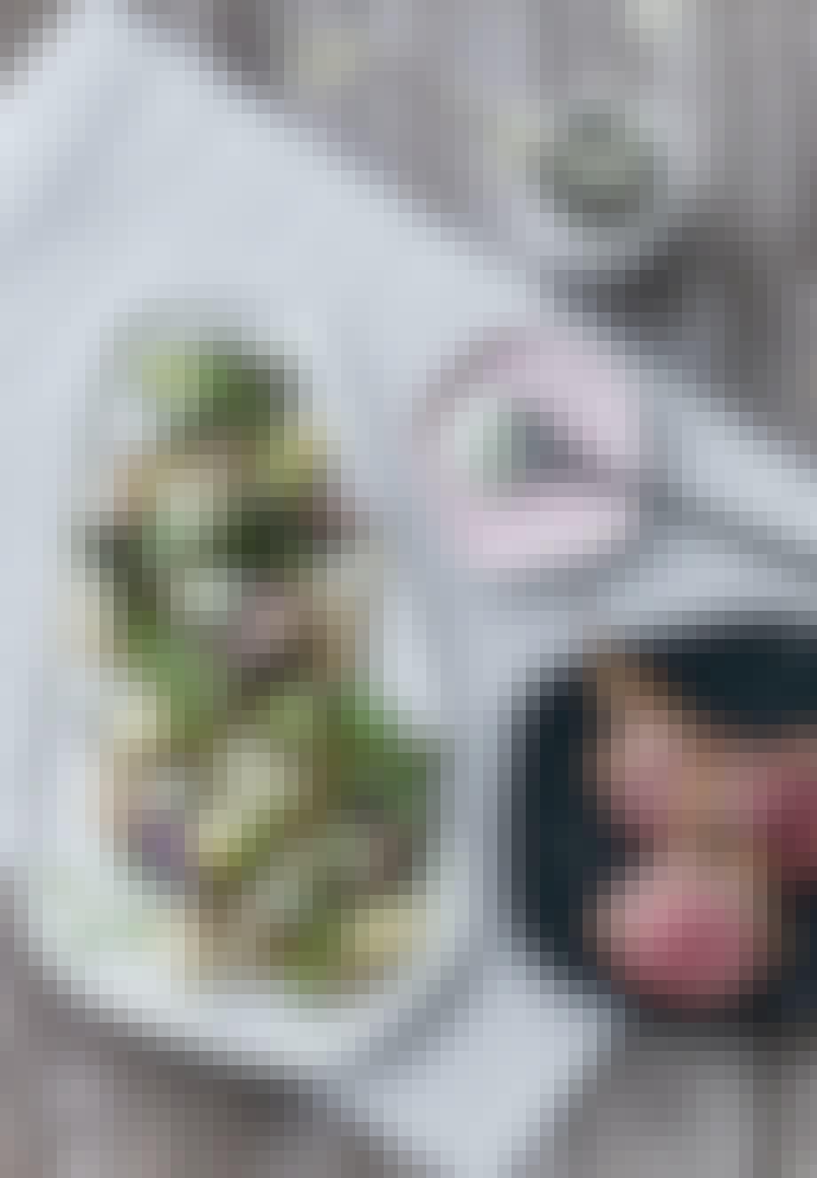 Lammekrone med grillet grønt og urtefløde