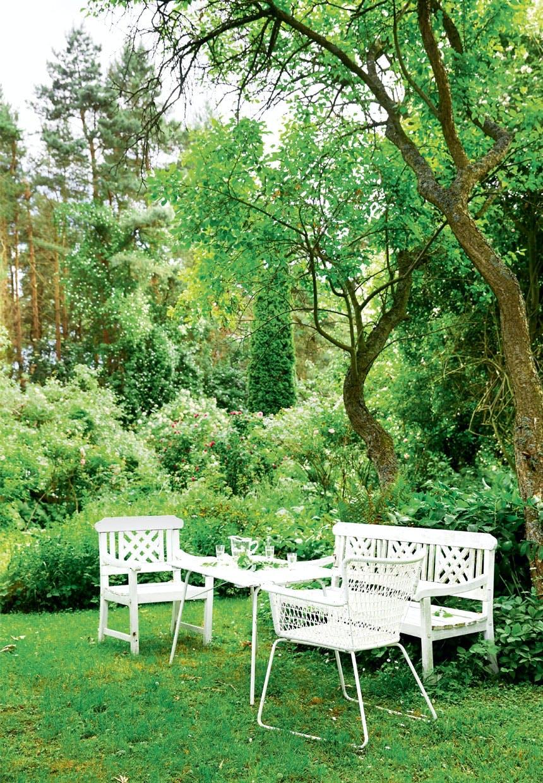 Hyggekrog med hvide havemøbler