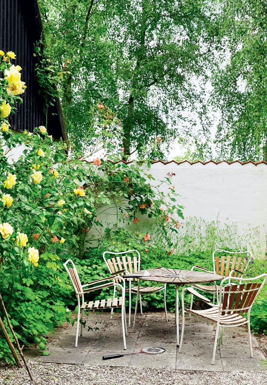 Hyggelig spiseplads med møbler i teaktræ