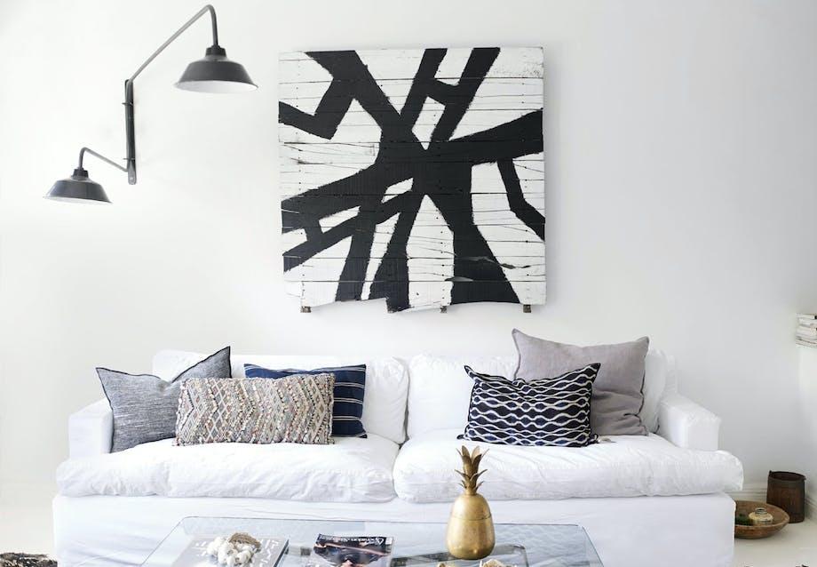 Lys stue med enkel grafik