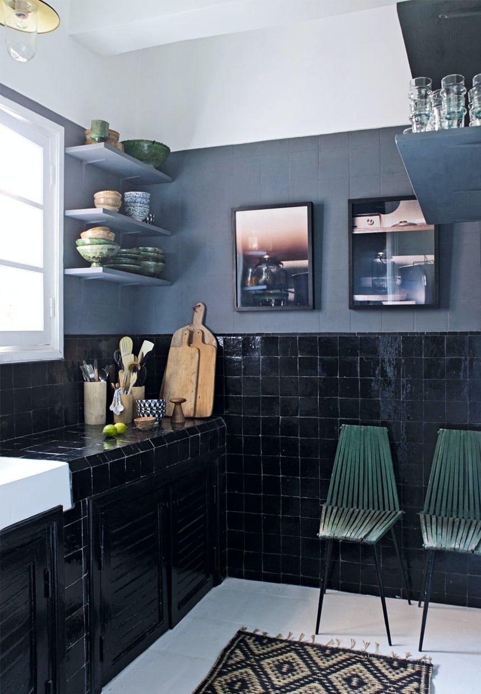 Køkken med sorte kakler