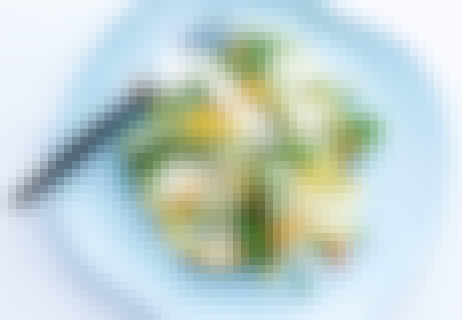 Squashsalat med nye ærter og parmesanflager