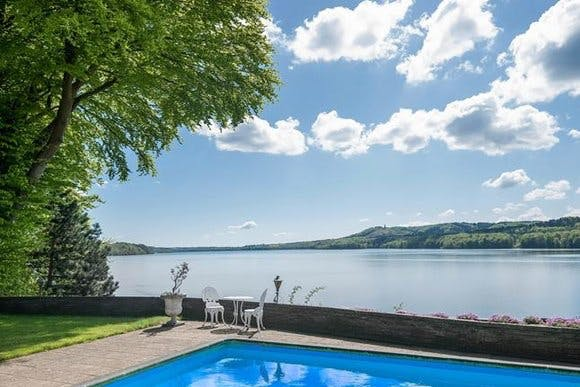 Pool og udsigt over søen