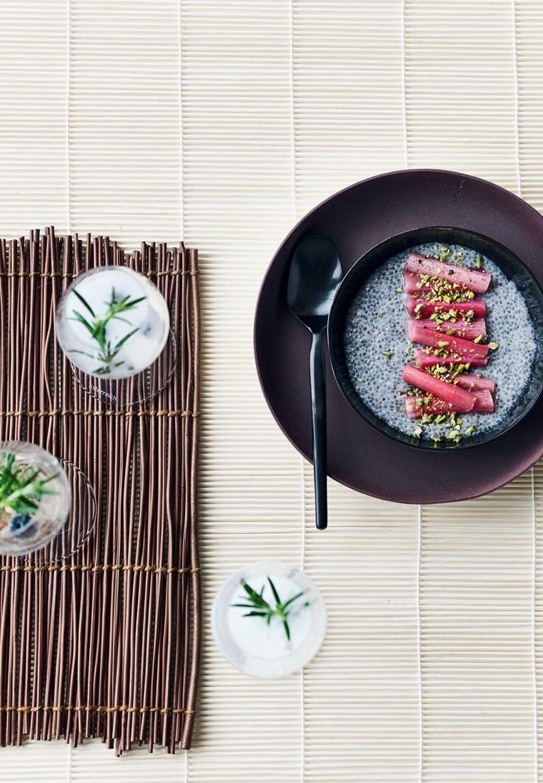 Chiagrød med pocherede rabarber
