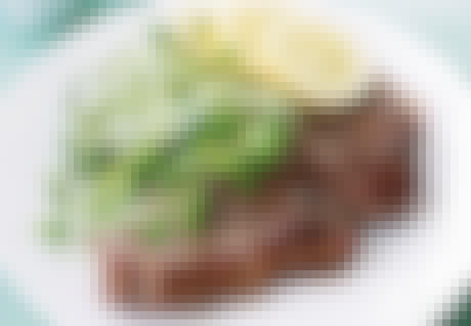 Grillet T-bone med agurk og mild hvidløgscreme