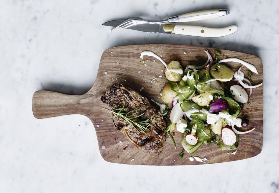 Lammekoteletter med agurke- og kartoffelsalat og mormordressing