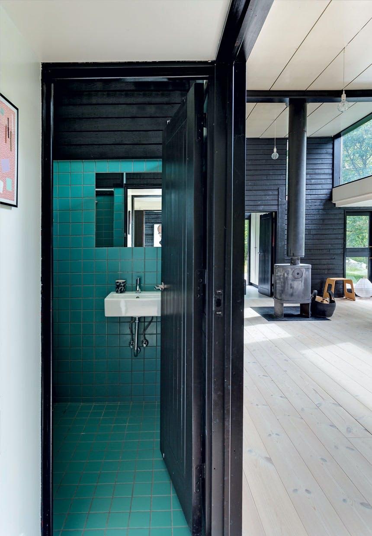 Badeværelse med blågrønne fliser